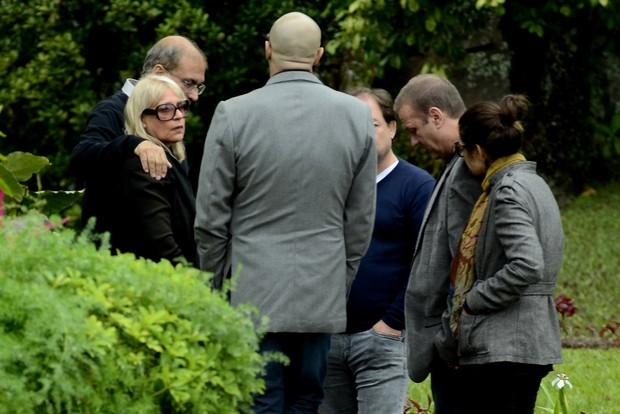 Luciano Szafir e família de Xuxa no velório de Cirano Meneghel (Foto: Roberto Teixeira / EGO)