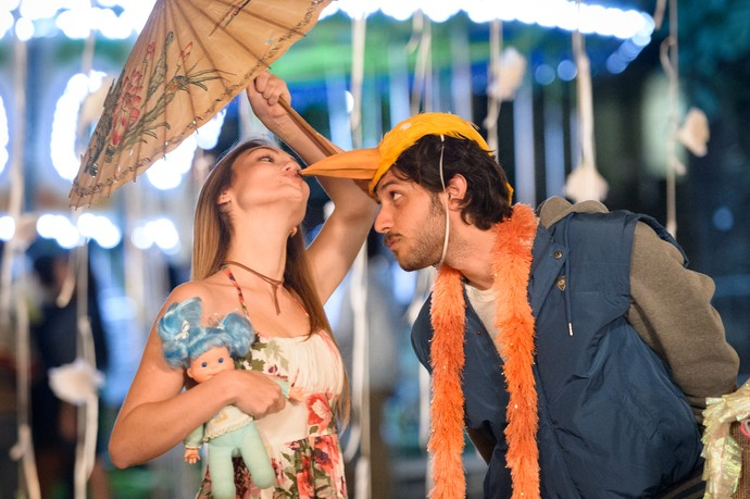 Helô e Pedro se divertem em passeio romântico! (Foto: Globo/Ramon Vasconcelos)