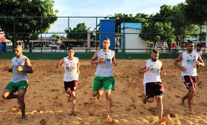 Tricolor aplicou treinos de corrida e toques curtos na areia (Foto: Imagem/Tércio Neto)