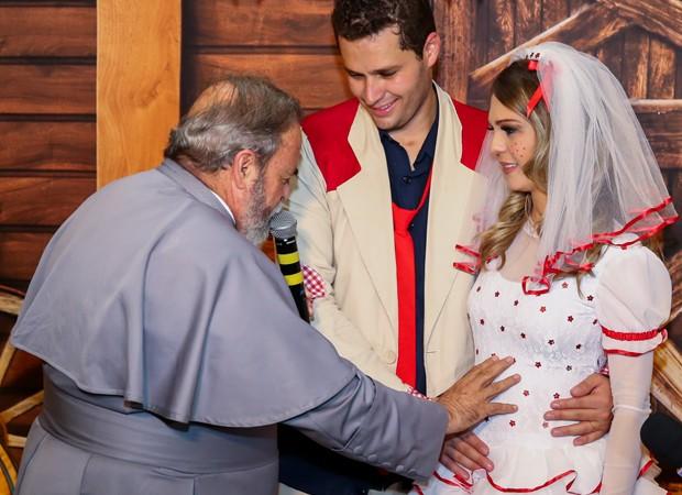Pedro e Thais recebem benção do padre Antonio Maria (Foto: Manuela Scarpa/Brazil News)