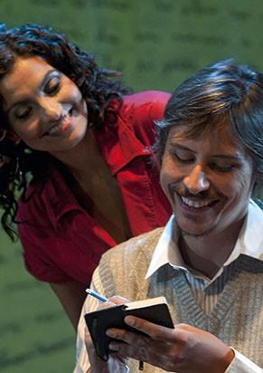 Peça conta a história de amor entre um escritor e uma revisora (Foto: Divulgação)