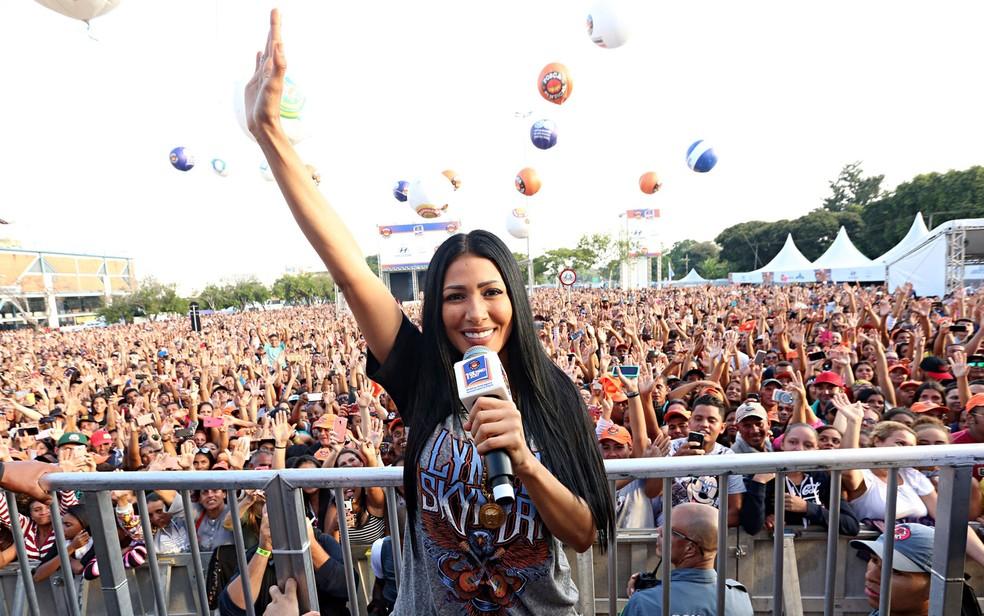 Simaria canta e levanta a multidão no show do Dia do Trabalho (Foto: Celso Tavares/G1)