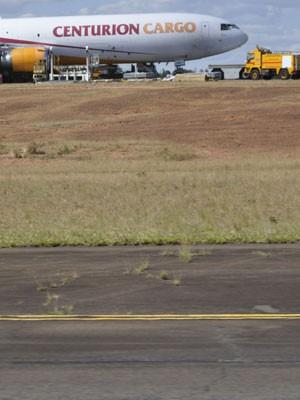 Pista de Viracopos, em Campinas, com o avião cargueiro quebrado ao fundo (Foto: Lana Torres / G1)