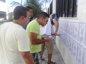 Candidatos procuram locais de prova neste domingo (12). (Foto: Carolina Sanches/G1)