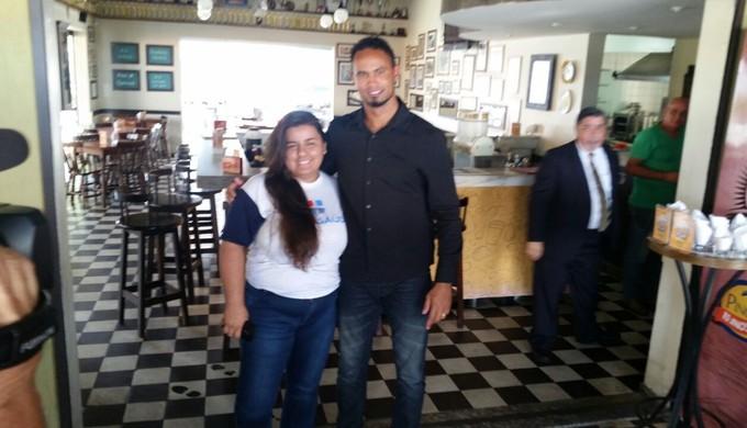 Goleiro Bruno Fernandes posa com funcionários de restaurantes em Varginha (Foto: Régis Melo)