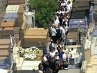Fãs sobem em jazigos para tentar ver o túmulo de Domingos Montagner