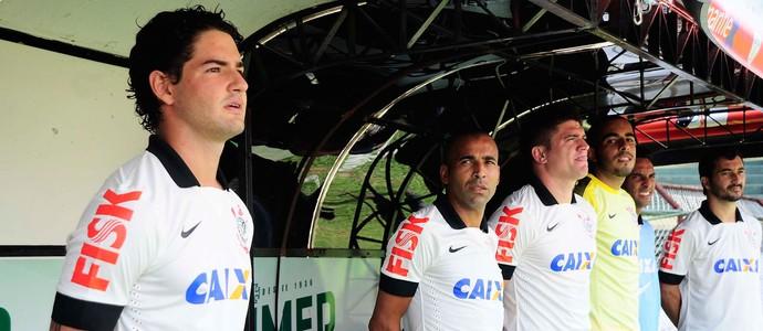 Pato e Emerson banco Corinthians e Portuguesa (Foto: Marcos Ribolli / Globoesporte.com)