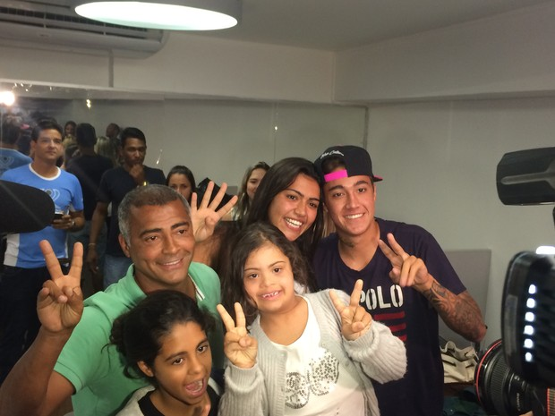 Romário comemorando com a família (Foto: Fernanda Rouvenat/G1)