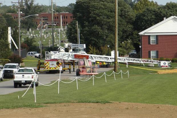 Caminhão dos bombeiros de Campbellsville é visto no local onde quatro bombeiros ficaram feridos após um desafio do balde de gelo nesta quinta-feira (21) (Foto: Dylan Lovan/AP)