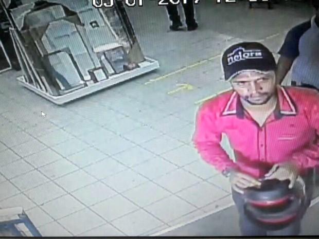 Suspeito foi flagrado por câmeras de segurança (Foto: Reprodução)