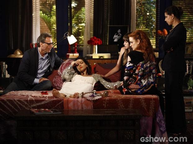 Marina precisa ser socorrida depois de desmaiar em sua exposição (Foto: Ignácio Moraes/ TV Globo)