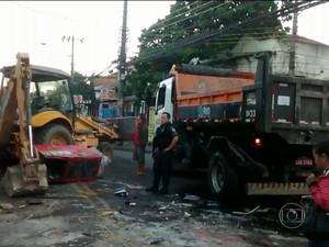 Assaltantantes derrubaram parede de mercado com retroescavadeira para roubar caixa eletrônico em Madureira (Foto: Reprodução / TV Globo)