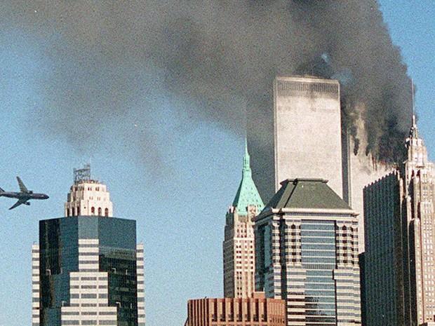 Segundo avião é visto se aproximando das Torres Gêmeas antes do impacto nos ataques coordenados (Foto: The New York Times)