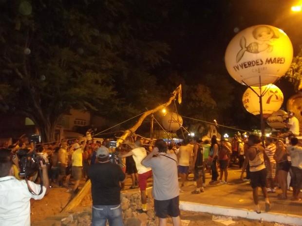Pau da Bandeira foi levantado na noite deste domingo após 12h de carregamento (Foto: Clodoaldo Amaro/ Dégagé)