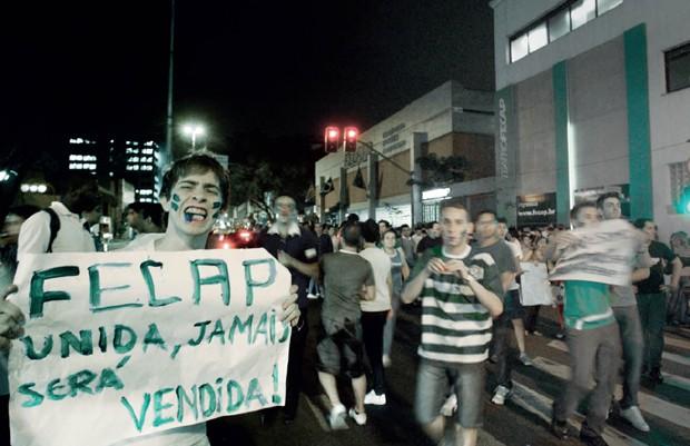 Os resistentes Alunos da instituição de ensino Fecap protestam  no centro de São Paulo  contra a compra da  faculdade pelo Anima (Foto: Folhapress)