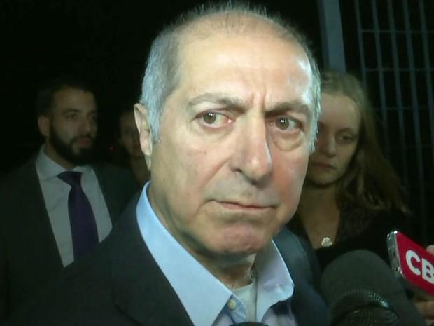 Paulo Bernardo atende a imprensa após deixar a carceragem da PF na Lapa, em São Paulo, na noite desta quarta-feira (29) (Foto: Reprodução/GloboNews)