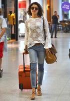 Look do dia: Sophie Charlotte combina blusa transparente e jeans clarinho