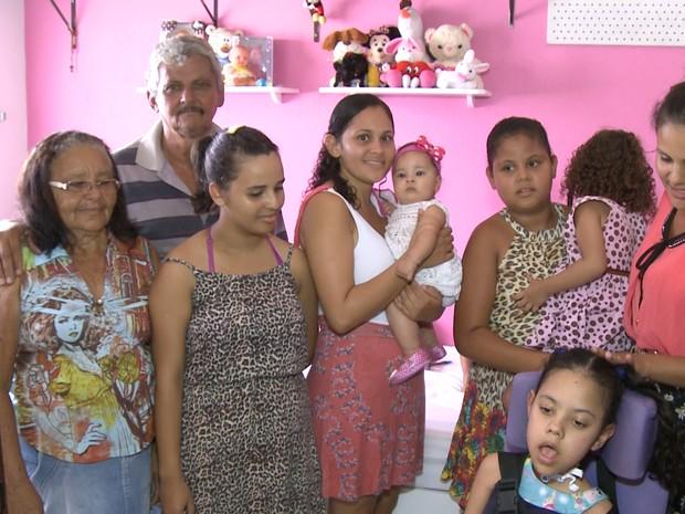 Família recebeu Emilly em casa, em Brejo da Madre de Deus (Foto: Reprodução/TV Asa Branca)