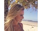 Ana Paula Siebert exibe decote generoso em dia de praia