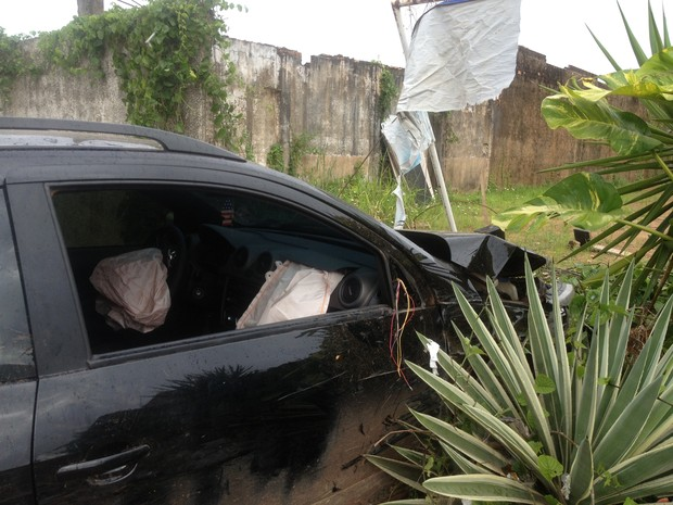Um acidente, na madrugada desta quinta-feira, 20, em Porto Velho, foi registrado. A motorista não conseguiu frear o carro e atravessou o muro, que fica na Avenida Pinheiro Machado. Uma mulher foi socorrida e levada ao hospital. (Foto: Gaia Quiquiô/G1)