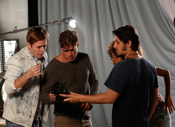 Daniel mostra seu trabalho, o que será que Arthur vai achar? (Max parece tenso, né) (Foto: Raphael Dias / Gshow)