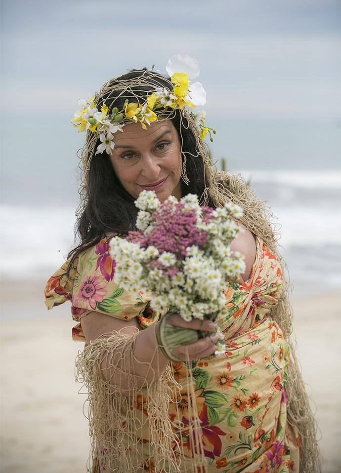 Teodora até improvisou um look de noiva, usando a rede de pesca como véu. Isso é que estilo! ;) (Foto: Raphael Dias/Gshow)