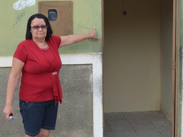 Maria de Fátima Campos teve a casa invadida pelas águas da barragem de Camará e se mudou (Foto: Wagner Lima/G1 PB)