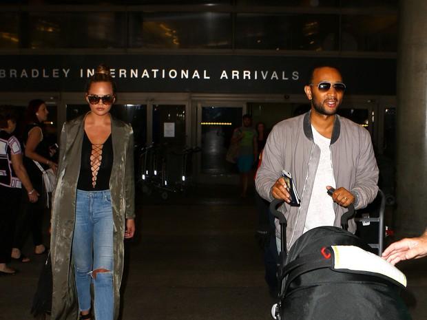 X17 - Chrissy Teigen e John Legend com a filha, Luna, em aeroporto em Los Angeles, nos Estados Unidos (Foto: X17online/ Agência)