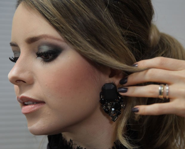 Sandy faz sua própria maquiagem no SuperStar (Foto: Fabiano Battaglin/Gshow)