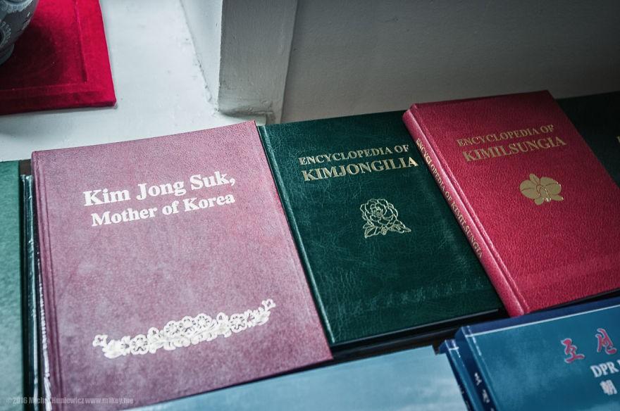 Souvenirs da cidade se resumem a livros sobre os líderes e figuras históricas do país (Foto: Michal Huniewicz)