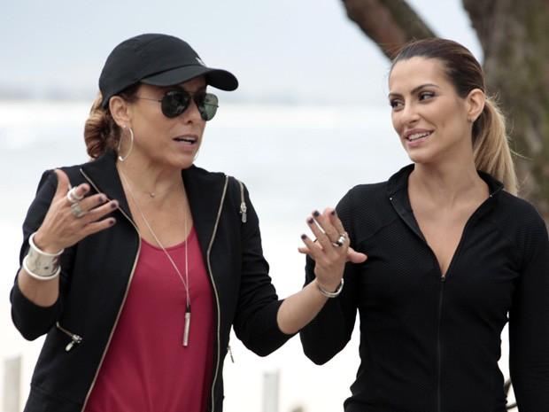 Olha o estilo de Maitê até na hora de correr na praia! Essas duas arrasam!  (Foto: Salve Jorge/TV Globo)