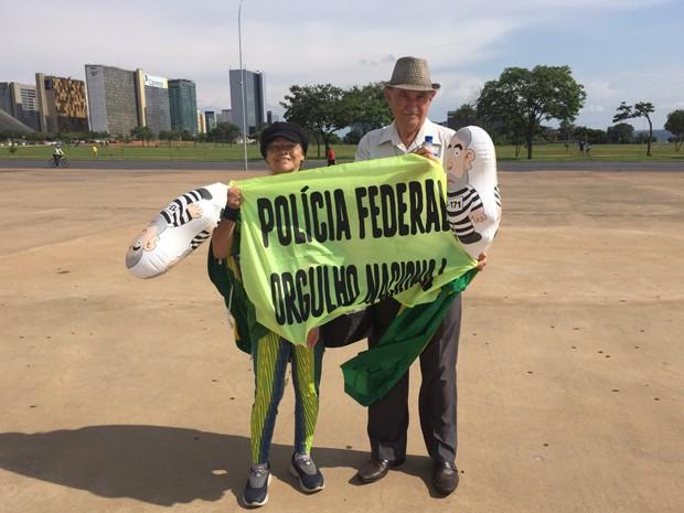 O casal de aposentados Maria das Graças Amaral, de 63 anos, e Adaliro Luiz de Faria, de 75 anos, foram à manifestação para pedir o impeachment da presidente Dilma e apoiar a Polícia Federal (Foto: Jéssica Nascimento/G1)