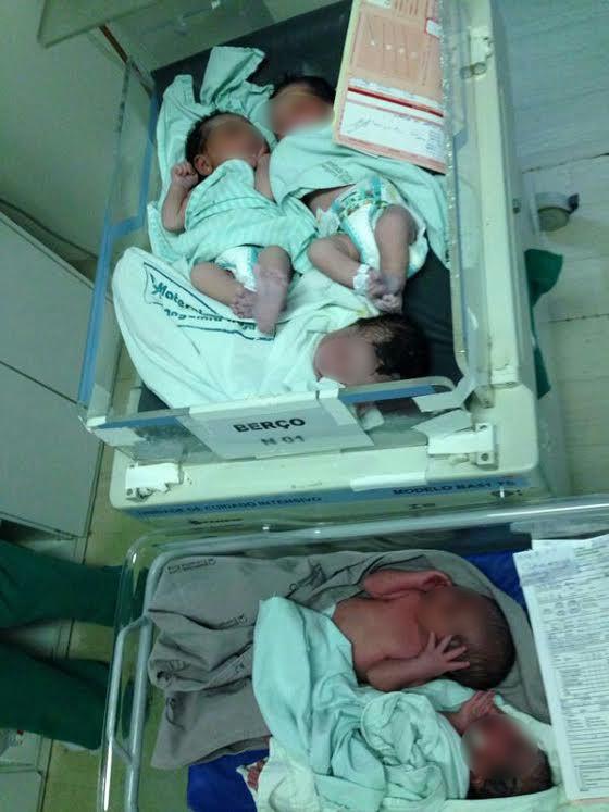 Imagem mostra três bebês no mesmo berço e outros dois também juntos (Foto: Arquivo Pessoal)