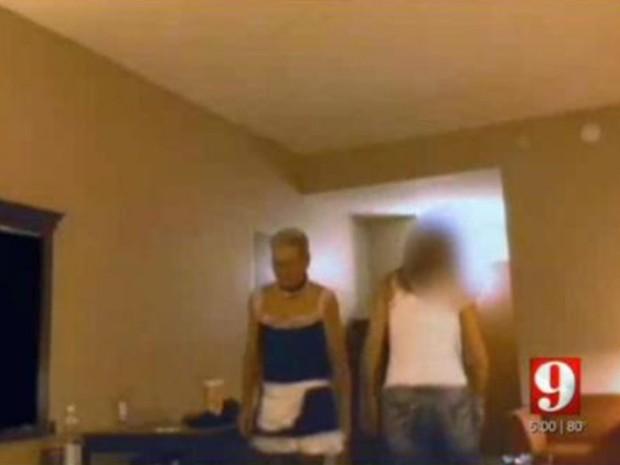 Homem vestido de empregada sexy foi preso acusado de prostituição em Lakeland (Foto: Reprodução/YouTube/WFTV)