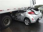 Homem morre após carro ficar preso em caminhão em Taquaritinga, SP