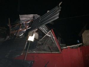 Ventos arrancaram telhados em Jarinu (Foto: Rafael Fachim/TV TEM)