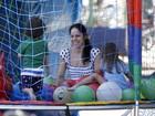 Claudia Mauro brinca com os filhos gêmeos na Lagoa, no Rio