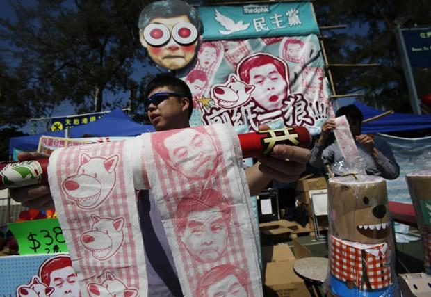 Vendendor oferece papel higiênico com imagem do líder de Hong Kong,  Leung Chun-ying, como forma de protesto (Foto: Bobby Yip/Reuters)