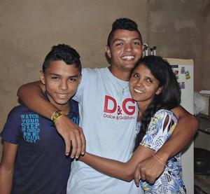 Alan com a mãe e o irmão (esq) (Foto: Arquivo pessoal/ Alan Nascimento)