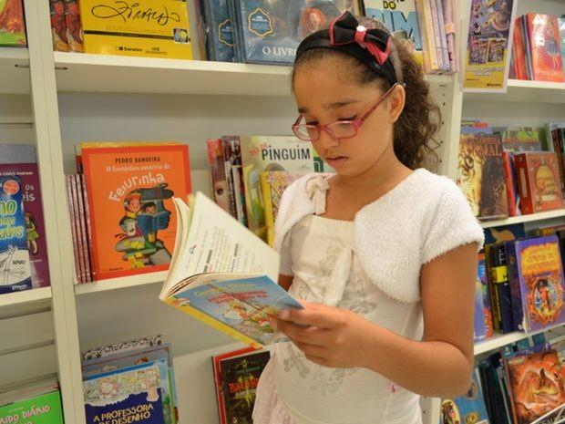 Alice é uma apaixonada pela leitura (Foto: Marina Fontenele/G1)