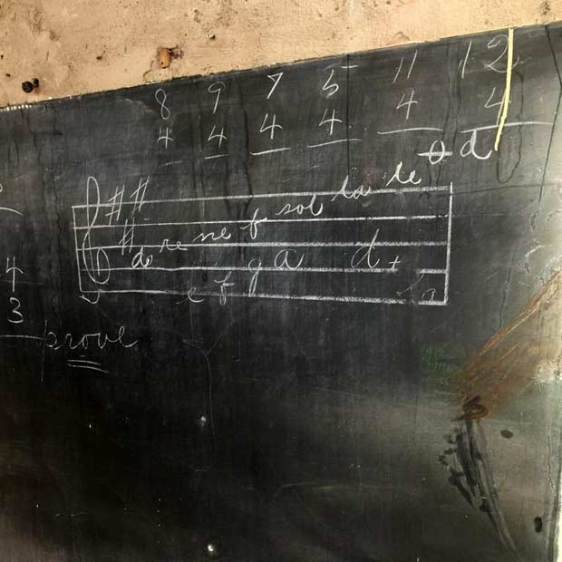 Reforma em escola acha lições de quase um século em quadros-negros
