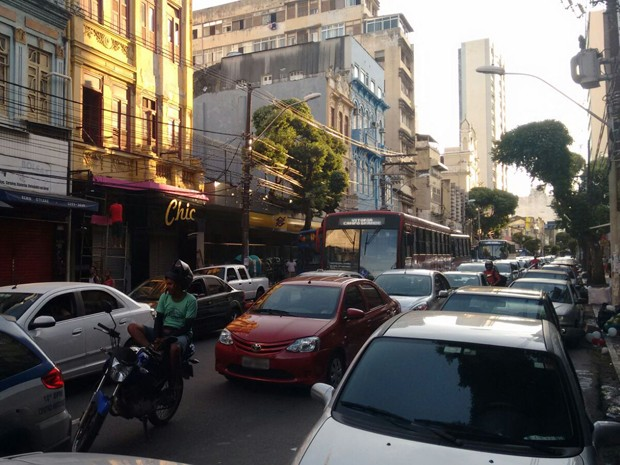 Ato deixa trânsito no centro de Salvador parado (Foto: Juliana Almirante/ G1 Bahia)