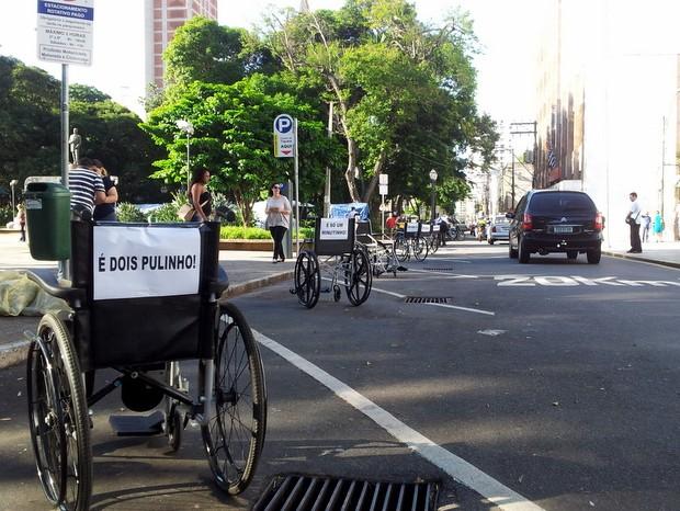 Mobilização em Piracicaba teve cadeiras de rodas em vagas para carro (Foto: Fernanda Zanetti/G1)