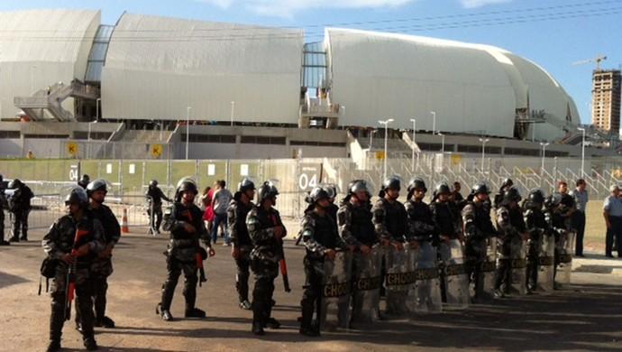 Policiais sem farda devem auxiliar no policimanto durante jogo entre América-RN e Flamengo, pela Copa do Brasil (Foto: Felipe Gibson/GloboEsporte.com)