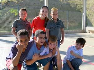 Carols e alguns dos estudantes do 3º ano da escola de Piracicaba (Foto: Fernanda Zanetti/G1)