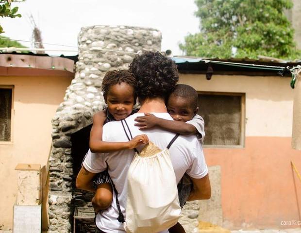 Tatoo recebendo o carinho das crianças (Foto: Acervo pessoal)