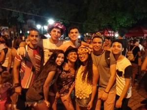 Clara Diniz e o grupo de amigos curtiram bastante a folia (Foto: Ellyo Teixeira/G1)
