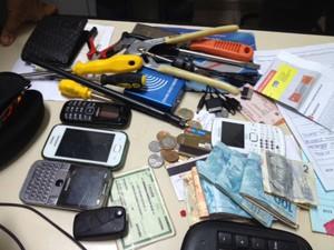Com o suspeito foram apreendidos ferramentas, celulares e uma quantia em dinheiro  (Foto: Walter Paparazzo/G1)