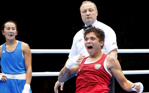 Adriana Araújo vence luta de boxe contra Saida Khassenova (Foto: Reuters)