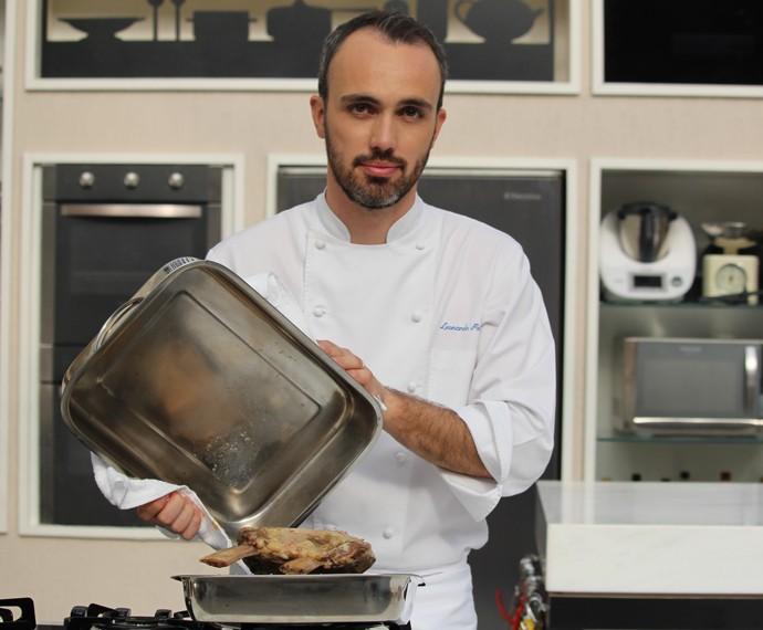 Chef Leonardo Paixão ensina dica para defumar a costela (Foto: Carolina Morgado/Gshow)